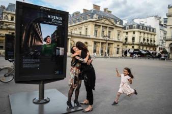 """L'exposition """"Talents en exil, Réfugiés à Paris"""" s'est donné pour objectif de mettre des visages sur la masse des réfugiés à travers une série de portraits, visibles jusqu'au 31 août, place du Palais Royal à Paris."""