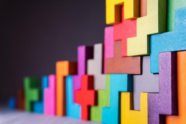 Image d'un assemblage de tetris en bois de toutes les couleurs. Ce qui représente l'esprit d'équipe de Bluekango