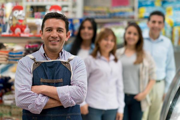 Homme tablier dans magasin