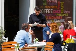 Garçon de café, serveur, un job d'été porteur
