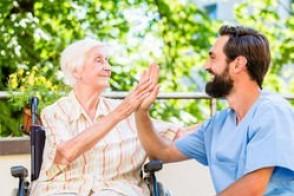 Travailler comme aide-soignant implique patience, gentillesse et rigueur