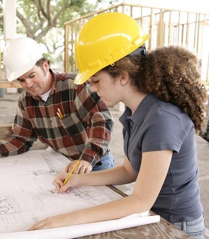 Jeune femme en apprentissage dans le secteur du bâtiment