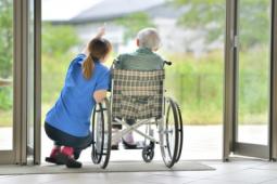 Près de 350 000 recrutements dans les métiers du grand âge d'ici 2023